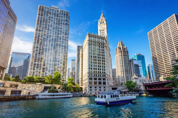 downtown chicago riverwalk stadsgezicht met tour boten - rondvaartboot stockfoto's en -beelden