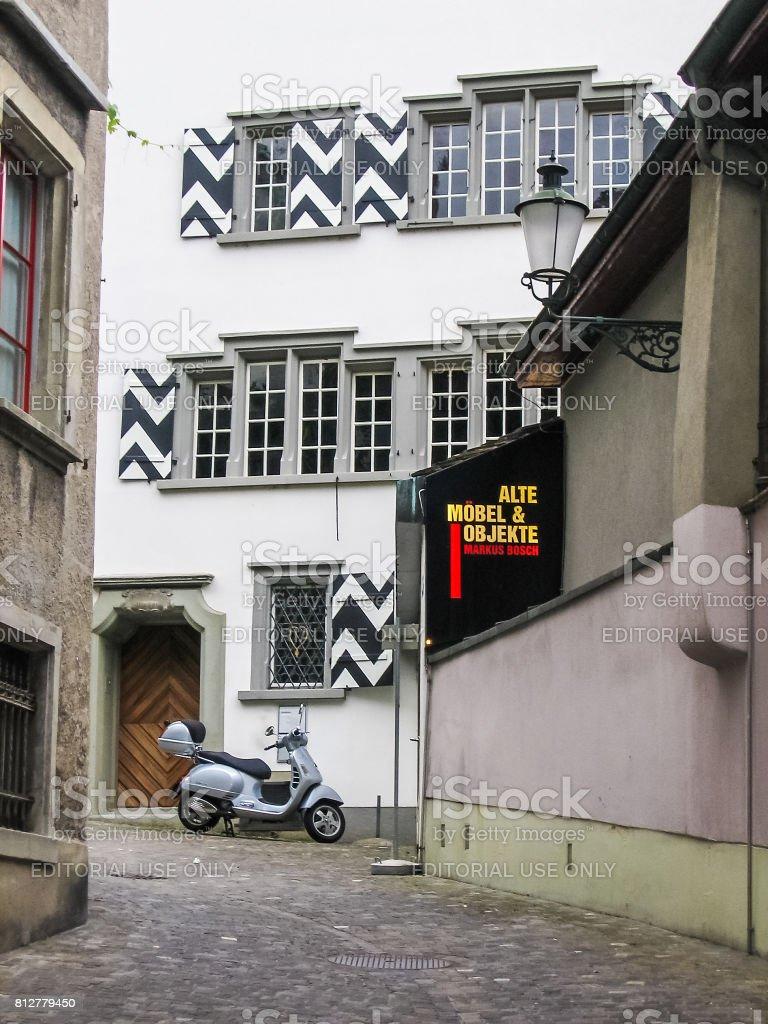 Innenstadt mit Motorrad und Zeichen der Alte Mobel und Objekte Markus Bosch Shop Verkauf alte, antike Möbel und Haushaltsgegenstände – Foto