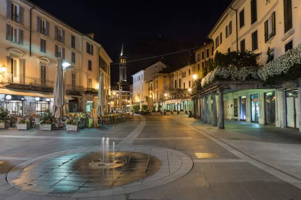 downtown verlaten stad straatbeeld 's nachts. lecco, italië - lecco lombardije stockfoto's en -beelden