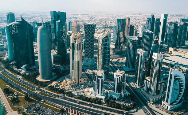 du centre de doha qatar aériennes gratte-ciel modernes - qatar photos et images de collection