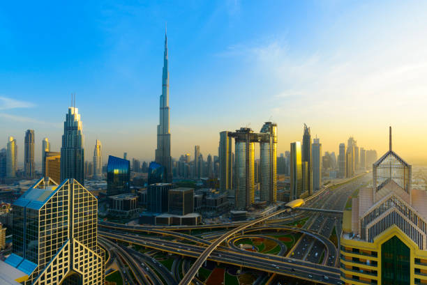 downtown dubai city skyline bei sonnenuntergang, vereinigte arabische emirate - sheikh zayed road stock-fotos und bilder