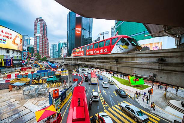 Der Innenstadt von Kuala Lumpur mit Auto, Zug, auf Plakaten und Autos – Foto