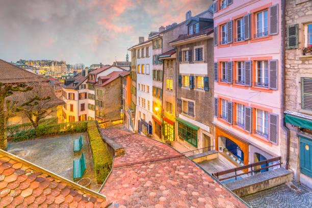 Skyline da cidade de Lausanne da baixa em Switzerland - foto de acervo