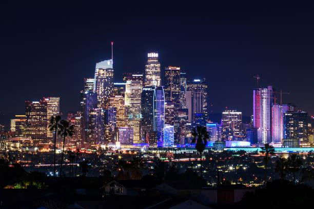 центр лос-анджелеса горизонта в ночное время - деловой центр города стоковые фото и изображения