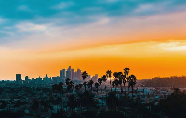 центр лос-анджелеса горизонта на закате - деловой центр города стоковые фото и изображения