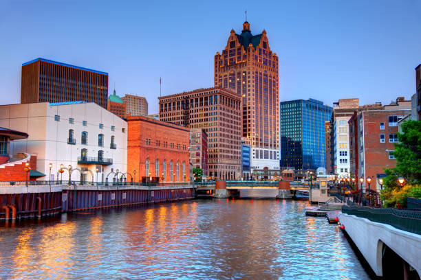 Downtown Milwaukee Skyline Milwaukee RiverWalk. In the heart of downtown, the two-mile long RiverWalk winds along the Milwaukee River with access to some of the city's best restaurants milwaukee wisconsin stock pictures, royalty-free photos & images