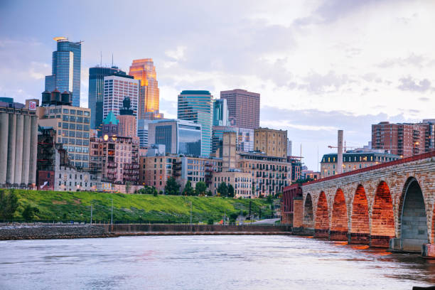 Downtown Minneapolis, Minnesota at night time Downtown Minneapolis, Minnesota at night time as seen from the famous stone arch bridge minnesota stock pictures, royalty-free photos & images