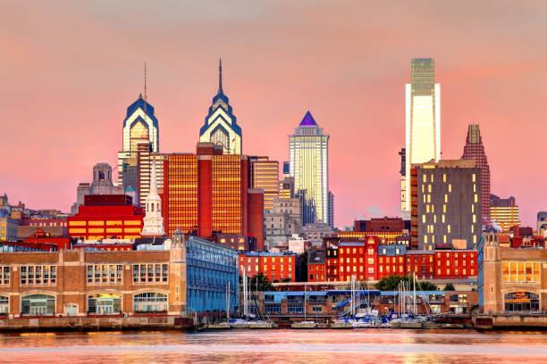 skyline du centre-ville de philadelphie - rivière delaware photos et images de collection