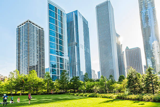 Downtown residential skyscrapers in park - foto de stock