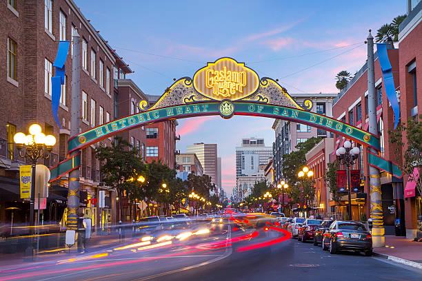 downtown san diego gaslamp знак над двигаться трафика - деловой центр города стоковые фото и изображения
