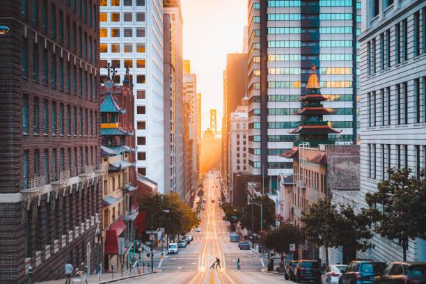 Downtown San Francisco mit California Street bei Sonnenaufgang, San Francisco, Kalifornien, USA – Foto