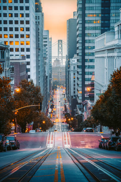Downtown San Francisco mit California Street bei Sonnenaufgang, San Francisco, Kalifornien, USA – Foto