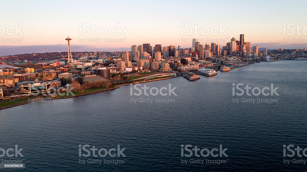 Downtown Seattle Waterfront Aerial View at Sunset at Puget Sound - foto de stock