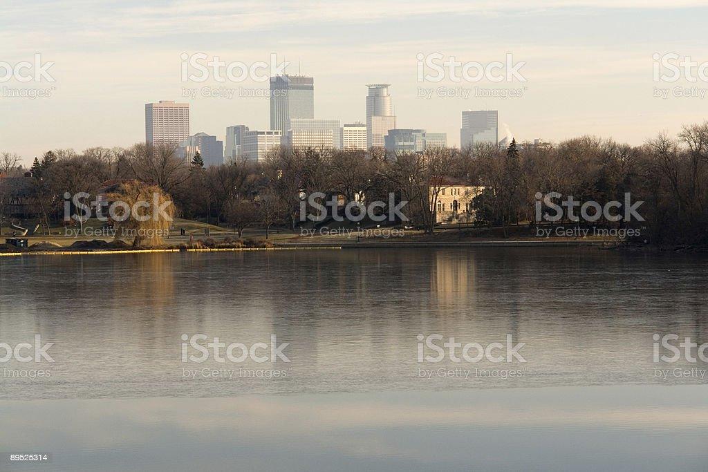 Edificios del centro de la ciudad sobre el lago foto de stock libre de derechos