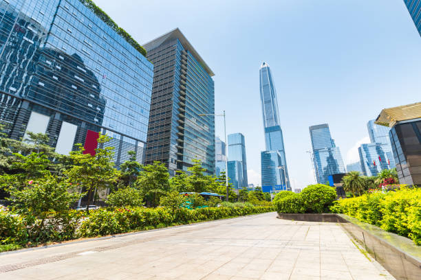 Las calles del centro y rascacielos en Shenzhen - foto de stock