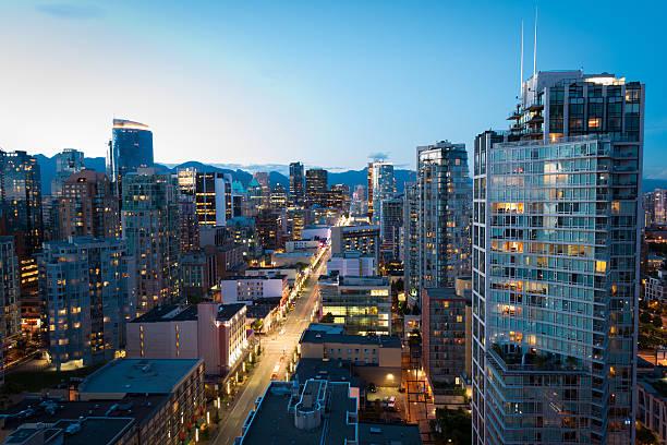 downtown vancouver at dusk - vancouver canada stockfoto's en -beelden