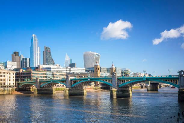 Blick auf die Innenstadt von London von Thames River und Southwark Bridge – Foto
