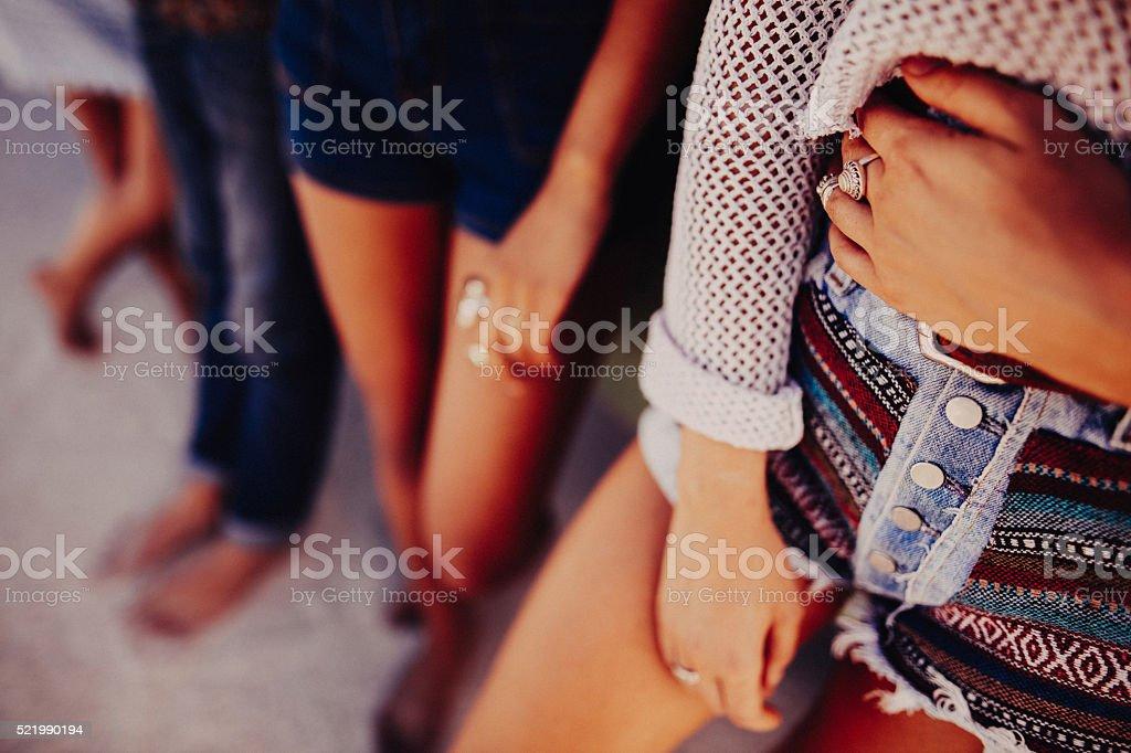 La baisse photo de jambes de femme debout dans le short à l