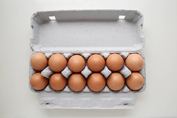 dozen eggs in packaging - chicken bird in box stockfoto's en -beelden