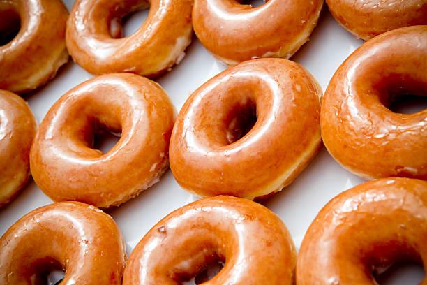 douzaine glaçage donuts - glaçage photos et images de collection