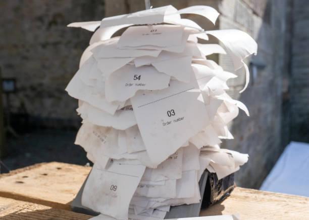 dutzende von lebensmittel- und getränkequittungen auf einer geraden stabpapierspitze gespickt - gefüllte bon bons stock-fotos und bilder