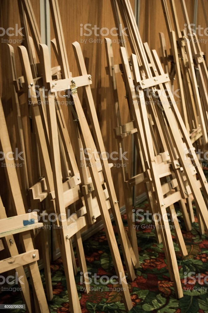 Dozens of of wooden easels in a room foto de stock royalty-free
