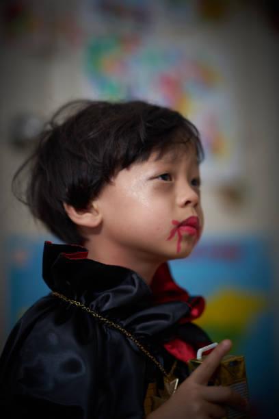 dracula make-up-junge im porträt - dracula schminken stock-fotos und bilder