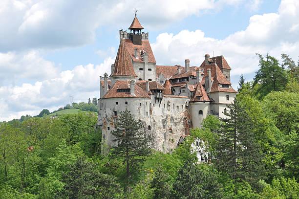 dracula's castelo bran na primavera. - romênia - fotografias e filmes do acervo