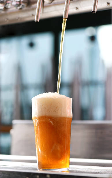 Drafting a glass of chilled draft beer - foto stock