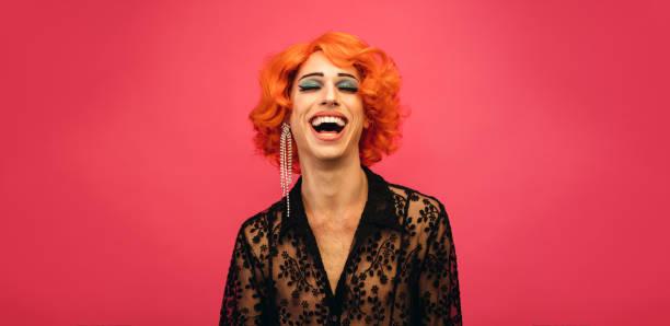 """ピンクの背景に笑って女王をドラッグ - """"gender fluid"""" ストックフォトと画像"""