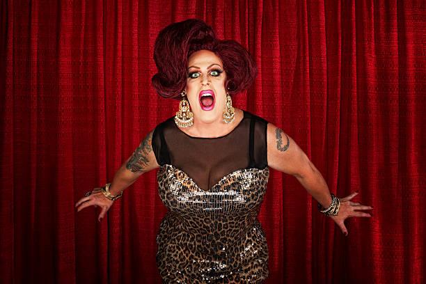 drag queen screaming or singing - drag queen stockfoto's en -beelden