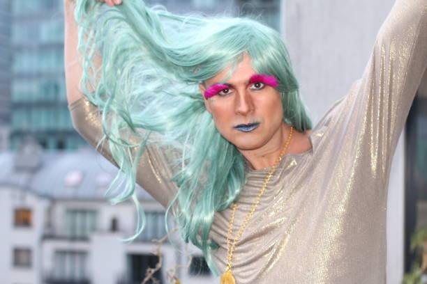drag queen touching his green wig - capelli ossigenati foto e immagini stock