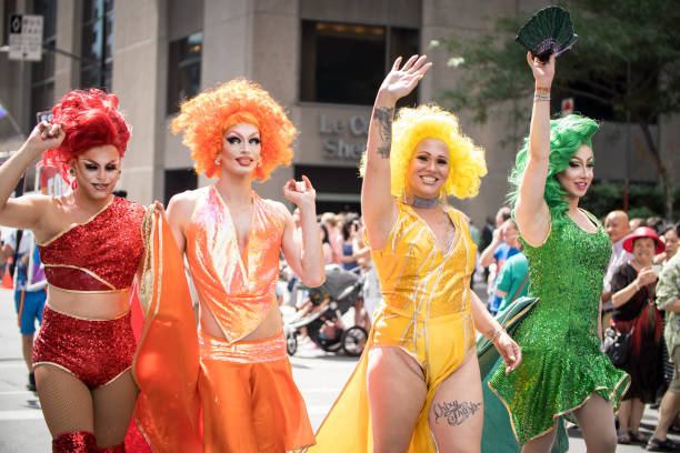 drag queens op pride - drag queen stockfoto's en -beelden