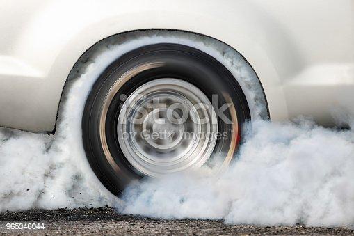 Drag Racing Car Burn Tire At Start Line - Stockowe zdjęcia i więcej obrazów Bez ludzi