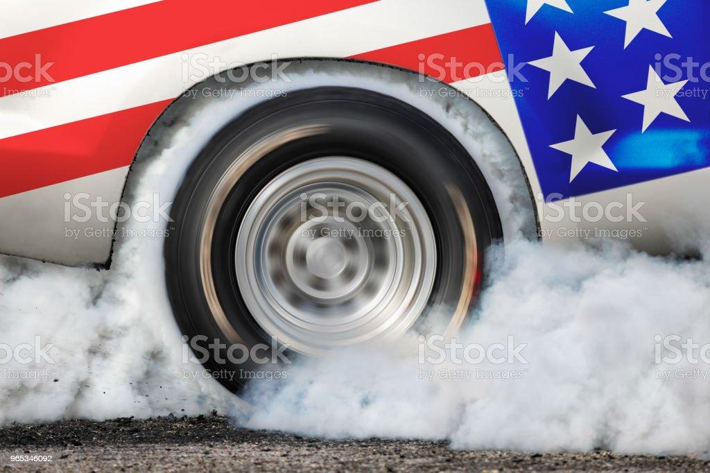 Pneu de brûlure de voiture drag racing à la ligne de départ - Photo de Agripper libre de droits