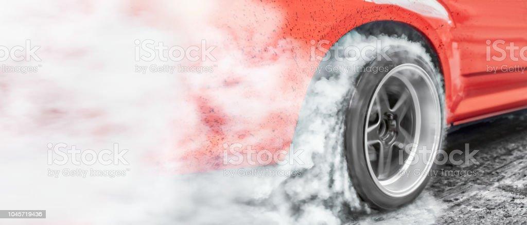 Drag Racing Auto brennt Kautschuk aus seiner Reifen in Vorbereitung auf das Rennen – Foto