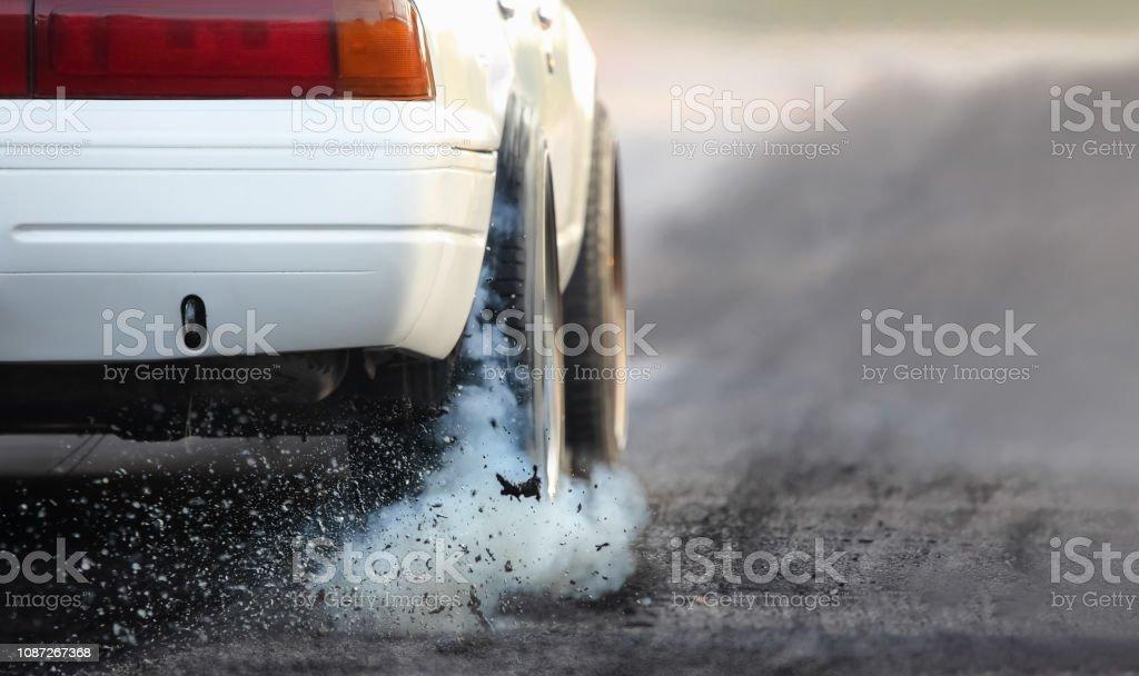 Drag racing coche quema goma de sus neumáticos en preparación para la carrera - Foto de stock de Arrastrar libre de derechos
