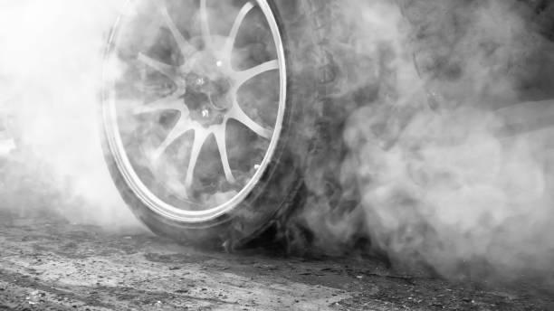 Ziehen Sie Rennwagen verbrennt Gummi aus den Reifen in Vorbereitung auf das Rennen – Foto