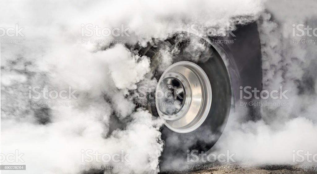 Drag Racing Auto brennt Reifen in Vorbereitung auf das Rennen – Foto
