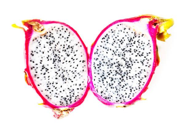 drachenfrucht schneiden in einem halben isoliert auf weißem hintergrund makro - kaktusfrucht stock-fotos und bilder
