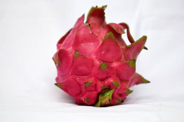 drachenfrucht ist auf dem weißen hintergrund isoliert - kaktusfrucht stock-fotos und bilder