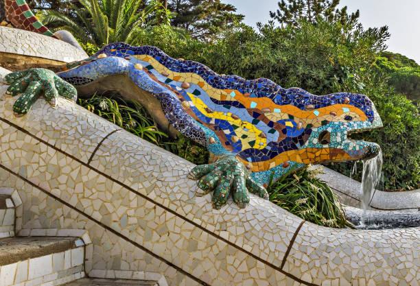 dragon salamandra fontaine von gaudí entworfen - glasskulpturen stock-fotos und bilder