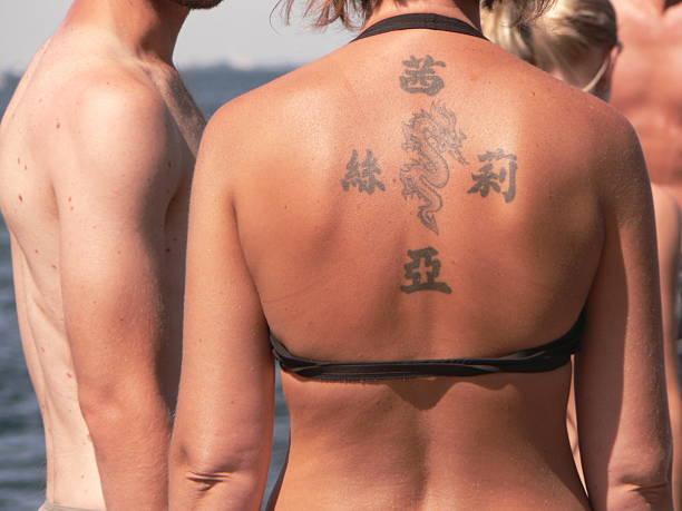dragon tattoo mädchen - chinesische zeichen tattoos stock-fotos und bilder