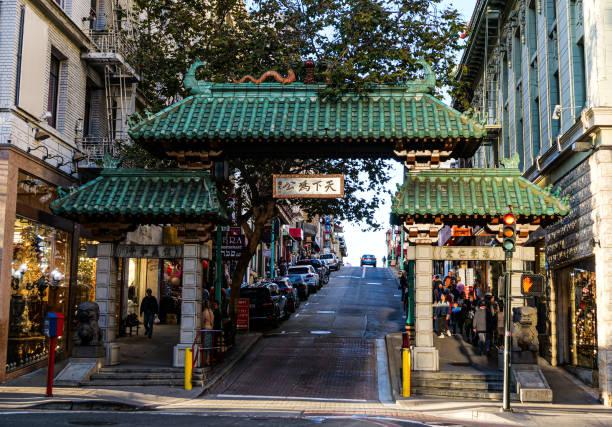 dragon's gate, toegang tot chinatown in san francisco - chinatown stockfoto's en -beelden