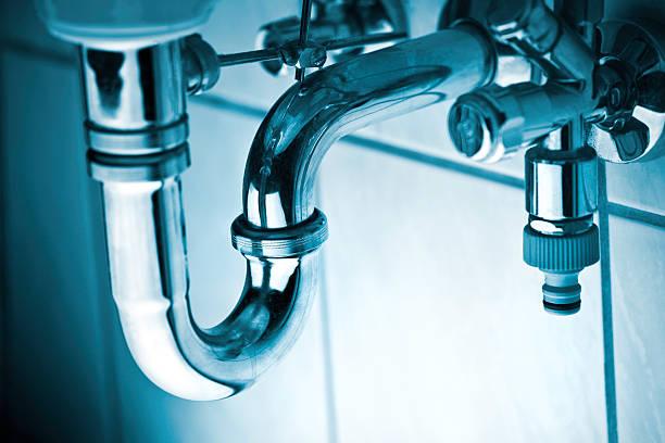 drenar o tubo com pia - banheiro instalação doméstica - fotografias e filmes do acervo