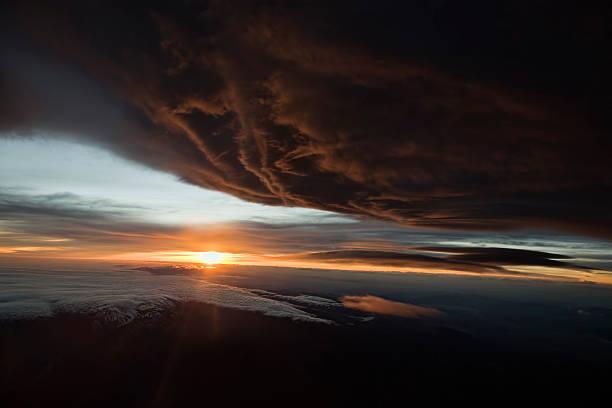 dramatische aerial sonnenuntergang über der mojave - lenticular stock-fotos und bilder