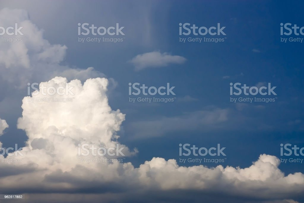 Vista na atmosfera dramática de panorama de parede belas nuvens sobre fundo de céu azul de verão. - Foto de stock de Ambiente - Evento royalty-free