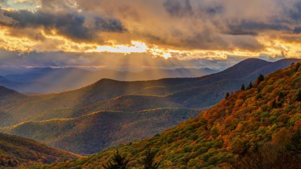 Dramático atardecer de otoño en el Blue Ridge Parkway cerca Brevard norte Carolina - foto de stock