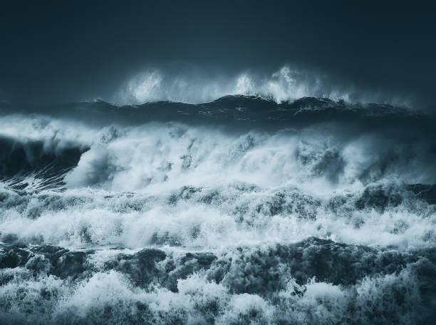 espectaculares olas grandes con una oscura tormenta - foto de stock
