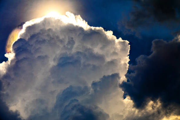 Dramatische wolk met zilveren voering foto